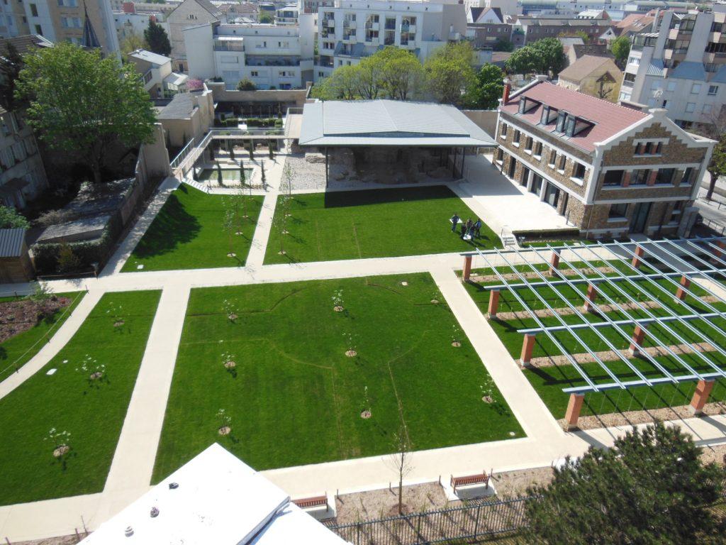 Photo en perspective du Jardin des vestiges de l'Abbaye Notre Dame